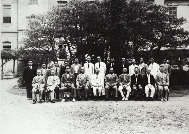 この画像には alt 属性が指定されておらず、ファイル名は 第7回協議会(東北)昭和8年集合写真.jpg です