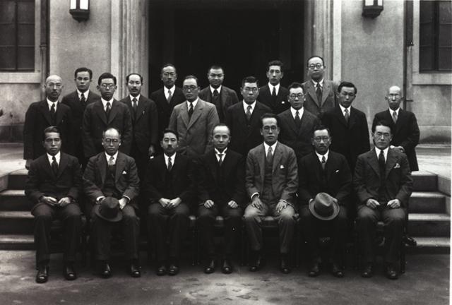 この画像には alt 属性が指定されておらず、ファイル名は 緒方規雄集合写真(第8回総会・大阪帝国大学昭和).jpg です
