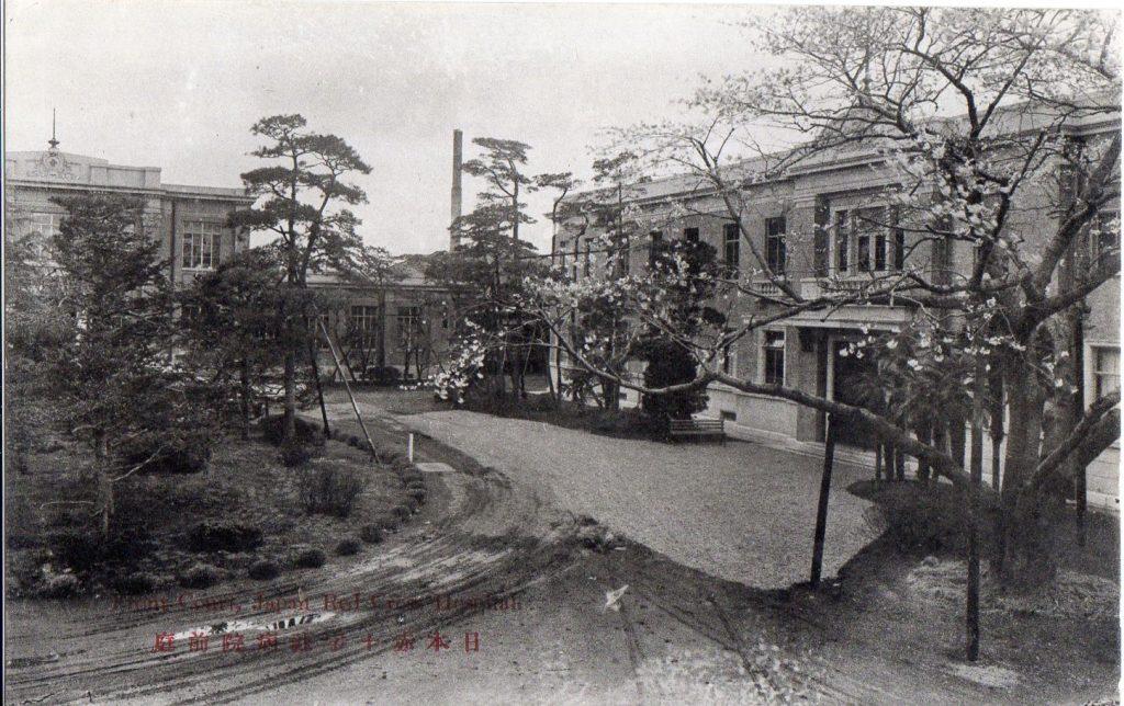 画像に alt 属性が指定されていません。ファイル名: 日本赤十字社病院前庭001-1024x644.jpg